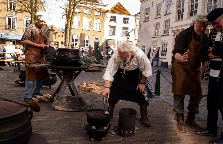 Willem ter Steeg met de Speltpudding bereiding